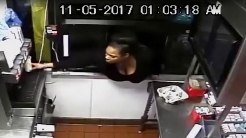 ¡Mujer hamburguesa! Roba un restaurante de comida rápida y aprovecha de comer