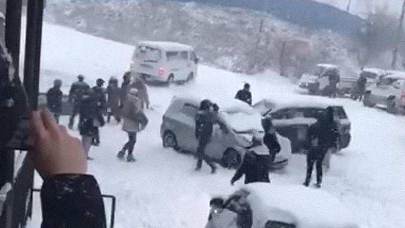 'Curling sobre ruedas': Una gran nevada causa cientos de accidentes en Rusia (FOTOS, VIDEOS)