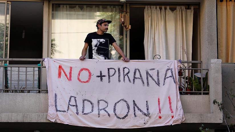 Manifestantes se toman comando de Sebastián Piñera y son desalojados por Carabineros
