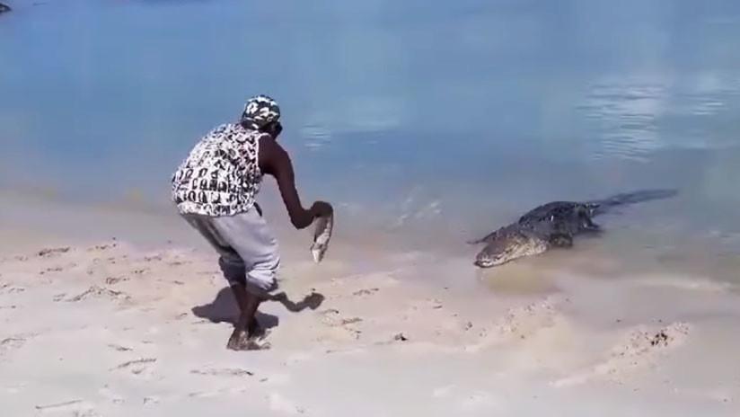 VIDEO: Un indígena australiano juega con su 'mascota', un enorme cocodrilo