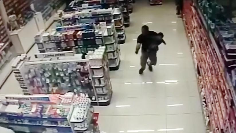 VIDEO: Un policía fuera de servicio mata a dos asaltantes con su bebé en brazos