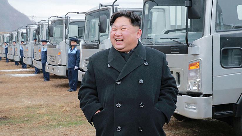 """¿Les recuerda a alguien?"": Kim Jong-un posa al volante de un tráiler (FOTOS)"