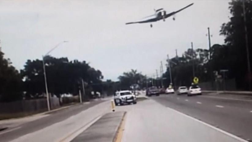 IMPRESIONANTE VIDEO: Una avioneta realiza un aterrizaje forzoso en medio de una calle
