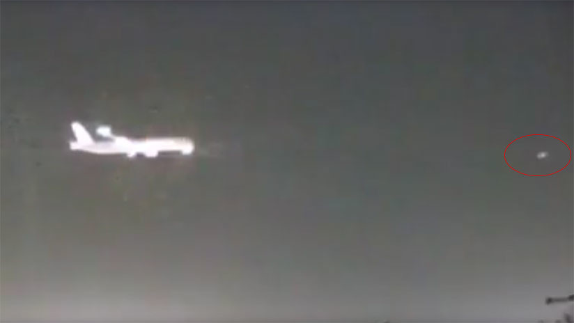 VIDEO: Un objeto no identificado ilumina el cielo de Londres instantes antes del paso de un avión