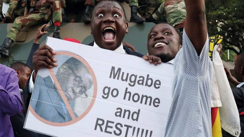 """""""¡Vete a casa y descansa!"""": Zimbabue estalla en euforia tras la salida del presidente Mugabe"""