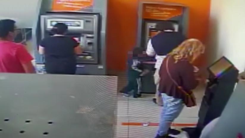 """""""Como un delincuente avezado"""": Niño de cuatro años roba dinero de un cajero automático (Video)"""
