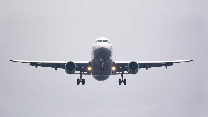 """""""¿Debería preocuparme?"""" Un pasajero 'abre' la ventanilla de un avión en pleno vuelo (VIDEO)"""