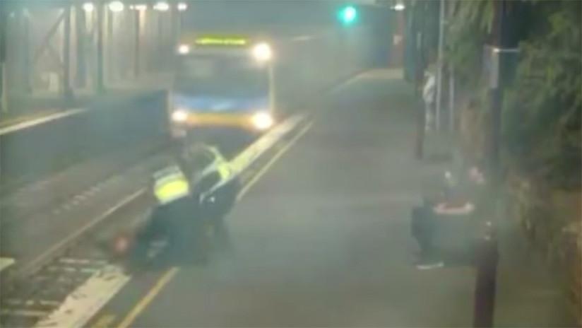 ¡Por los pelos! Sacan a una mujer de las vías instantes antes de que pase el tren (VIDEO)