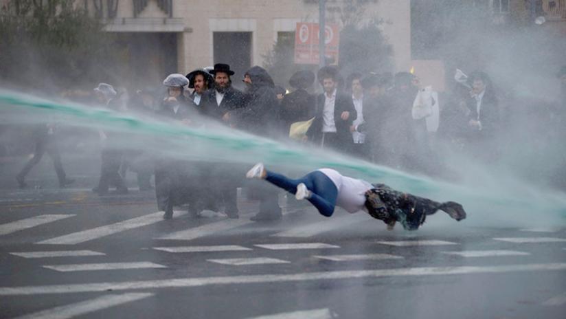 VIDEO: Una mujer sale despedida por los aires por un cañón de agua durante una protesta en Israel