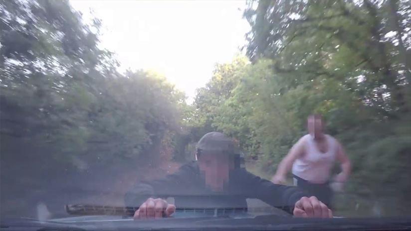 VIDEO: Salta sobre el coche en marcha de una mujer para robarle la cámara