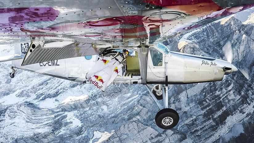 Peligrosa hazaña: Saltan de una montaña y 'aterrizan' en una avioneta en pleno vuelo (VIDEO)
