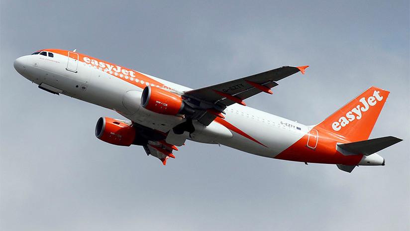 VIDEO: Un asombrado pasajero graba cómo 'arreglan' el motor de un avión con cinta aislante