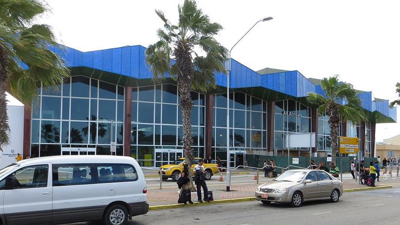 Empleados de un aeropuerto salvan a una mujer que se peleaba con su pareja por un selfi (VIDEO)