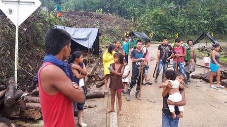Un grupo de indígenas corta una vía en la zona conocida como 'La Delfina', Buenaventura, Colombia.