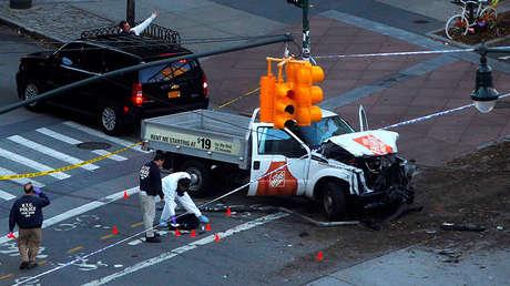Policías investigan un vehículo supuestamente utilizado en el ataque en Nueva York, el 31 de octubre de 2017.
