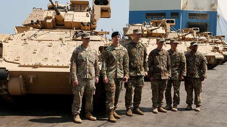 Soldados estadounidenses junto a vehículos de combate blindados facilitados por el Gobierno de EE.UU. al Ejército libanés en Beirut, el 14 de agosto de 2017.