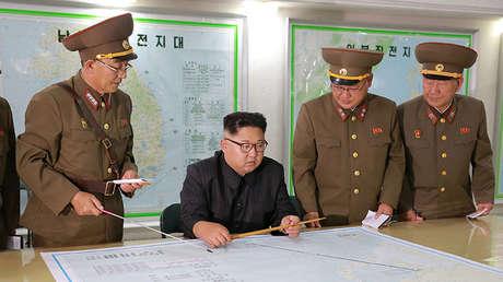 El líder norcoreano Kim Jong Un durante una visita del Comando de la Fuerza Estratégica del Ejército Popular de Corea (KPA) en un lugar desconocido en Corea del Norte, 15 de agosto de 2017