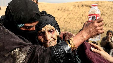 Mujeres desplazadas descansan en un desierto en Mosul (Irak), el 27 de febrero de 2017.