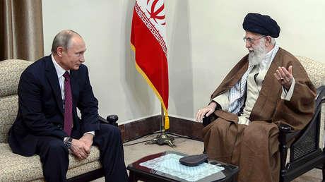 Vladímir Putin se reúne con el ayatolá Alí Jameneí en Teherán, Irán, el 1 de noviembre de 2017.