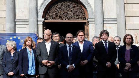 El ya destituido presidente de la Generalitat, Carles Puigdemont, junto a varios miembros también cesados de su Gobierno, el 17 de octubre de 2017.