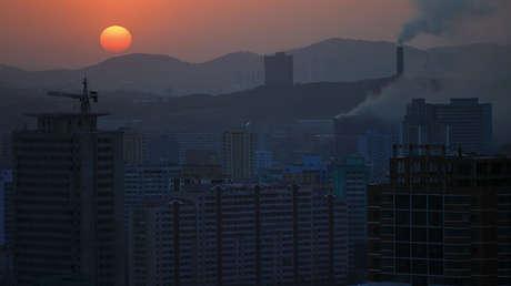La puesta del sol en Pionyang (Corea del Norte), el 12 de abril de 2017.