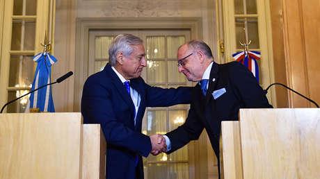 Los cancilleres de Argentina, Jorge Faurie, y de Chile, Heraldo Muñoz, firman un acuerdo comercial en el Palacio de San Martín, Argentina.