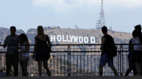 Turistas observan el famoso letrero de Hollywood en California.