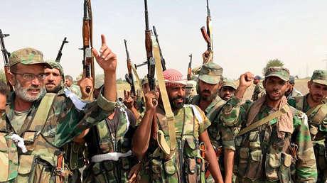 Militantes sirios antes de un ataque en el entorno del río Éufrates cerca de Deir ez Zor, el 18 de septiembre de 2017.