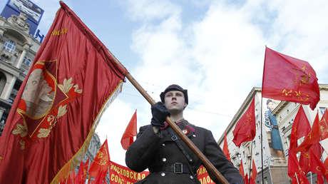 Partidarios comunistas durante la conmemoración del aniversario de la Revolución rusa de 1917.