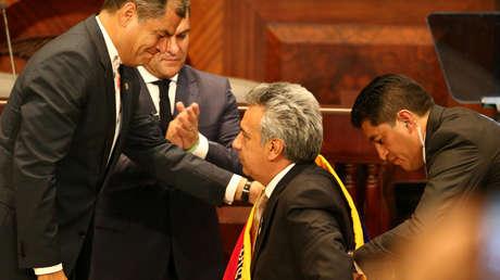 El presidente de Ecuador, Lenín Moreno, recibe la banda de manos del expresidente Rafael Correa durante la ceremonia de inauguración en la Asamblea Nacional en Quito, Ecuador,