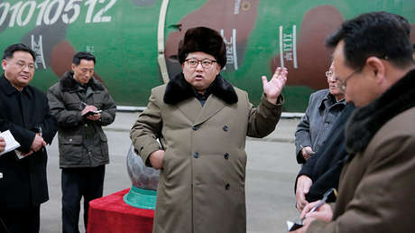 Kim Jong-un se reúne con científicos y técnicos en el campo de las investigaciones sobre armas nucleares. Foto publicada por la Agencia Central de Noticias de Corea del Norte el 9 de marzo de 2016.