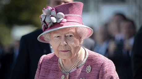 La reina Isabel II visita la escultura 'The Kelpies' en Escocia, el 5 de julio de 2017.