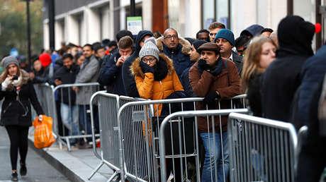 Gente hace cola ante una tienda de Apple en Londres, el 3 de noviembre de 2017.