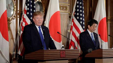 El reisdente de EE.UU. Donald Trump habla mientras Shinzo Abe, Primer Ministro de Japón, lo mira durante una conferencia de prensa en el Palacio Akasaka en Tokio, Japón, 6 de Noviembre, 2017.