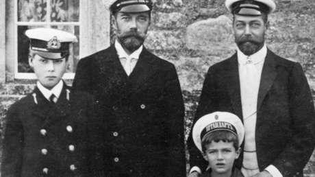 De la izquierda  a la derecha: el principe Eduardo, hijo de Jorje V, Nicolas II, el principe Alexéi, hijo de Nicolás II, el rey Eduardo V.