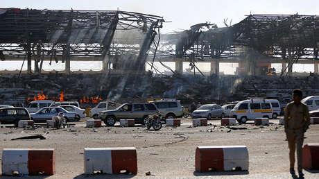 Huellas de un bombardeo saudita en una plaza céntrica de Saná