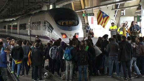 Manifestantes bloquean las vías del tren de alta velocidad AVE en la estación de trenes de Sants en esta imagen fija del video durante un paro regional parcial en Barcelona, España, el 8 de noviembre de 2017.