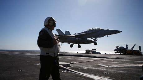 Aterrizaje de un caza F/A-18 Super Hornet en el portaviones USS Ronald Reagan, 28 de octubre de 2015.