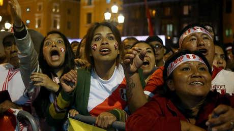 Seguidores peruanos miran el partido.