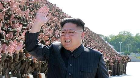 El líder norcoreano, Kim Jong-un, durante una sesión de fotos con jugadores de la liga juvenil del Ejército Popular de Corea.