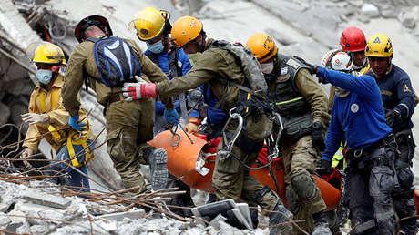 Equipos de rescate israelíes y mexicanos remueven un cadáver de los escombros tras un terremoto en la Ciudad de México.