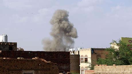 Una columna de humo surge del Ministerio de Defensa yemení durante un ataque de la coalición saudita el 4 de septiembre de 2015.