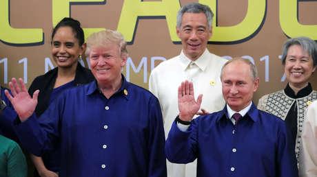 El presidente ruso, Vladímir Putin, y el presidente de EE.UU., Donald Trump, posan para una foto de grupo durante la cumbre de la APEC en Vietnam.