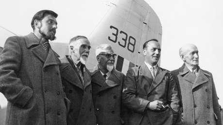 George Blake (izq.) llega a Berlín junto con otros cuatro diplomáticos en 1953, luego de tres años de cautiverio en Corea del Norte.