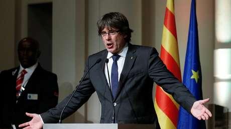 Carles Puigdemont gesticula durante un discurso ante alcaldes catalanes en Bruselas, el 7 de noviembre.
