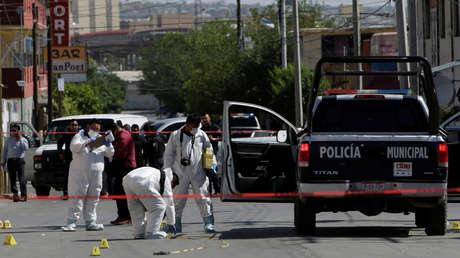 Investigadores forenses trabajan en una escena del crimen en México.