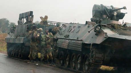 Militares de Zimbabue en las cercanías de Harare, el 14 de noviembre de 2017.
