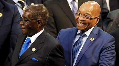 El presidente de Zimbabue, Robert Mugabe (izquierda), y el de Sudáfrica, Jacob Zuma, durante una cumbre de la Unión Africana en Johannesburgo.