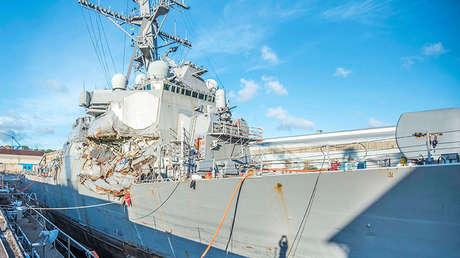 El destructor estadounidense USS Fitzgerald de la clase Arleigh Burke en el dique seco después de la colisión.