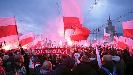 Manifestantes con banderas polacas y de un movimiento de extrema derecha, Varsovia, Polonia, 11 de noviembre de 2017.